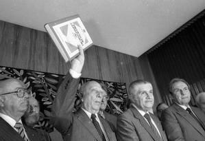 Presidente da Assembleia Constituinte, Ulysses Guimarães ergue a Carta de 1988 Foto: Gustavo Miranda / Agência O GLOBO