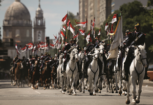 Militares desfilam na comemoração do Dia da Independência — a frieza das ruas não reflete as apreensões dos salões Foto: Pablo Jacob / Agência O Globo