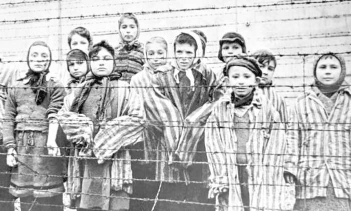 Crianças judias em campo de concentração Foto: Reprodução