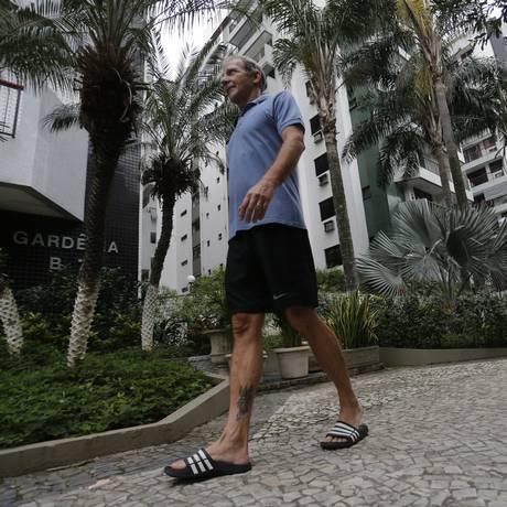 Paulo anda nos jardins do condomínio onde mora na Zona Norte do Rio: taxista chegou a ficar quatro meses preso na cama por dores insuportáveis Foto: Domingos Peixoto