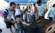 O pequeno Pedro Henrique, de 4 anos, se maravilha com os fósseis pré-históricos da mostra Foto: Fabiano Rocha / Agência O Globo