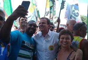 Candidato Eduardo Paes faz campanha em Bangu Foto: Waleska Borges / O GLOBO