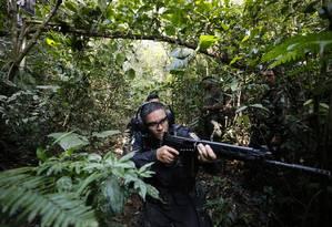 Um PM recebe instruções de um militar do Exército durante treinamento em uma região de mata na Aman, em Resende: intervenção diz que traficantes têm usado áreas verdes em favelas como rota de fuga e esconderijo Foto: Pablo Jacob / Agência O Globo