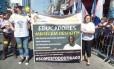 Manifestação em solidariedade ao professor humilhado por alunos em Rio das Ostras: Em São Gonçalo, cidade onde Thiago já lecionou, professores da rede pública levaram para as ruas uma faixa pedindo respeito Foto: Reprodução