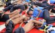 Migrantes a bordo do Aquarius resgatados em operação no Mediterrâneo no início de agosto: sem bandeira, navio não pode aportar para desembarcar as pessoas salvas Foto: Reuters/GUGLIELMO MANGIAPANE/12-08-2018