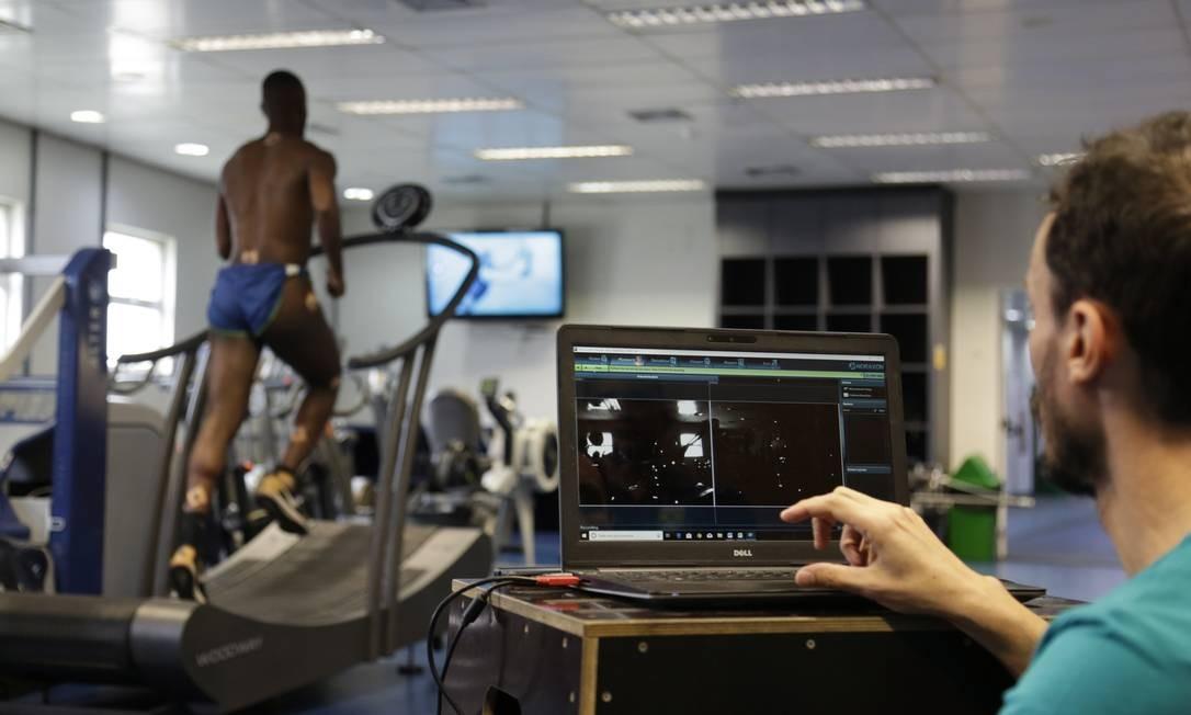 Vitor dos Santos, do atletismo, tem seu corpo mapeado na esteira no laboratório olímpico do COB Foto: Gabriel de Paiva / Agência O Globo