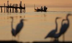 Barcos atracados em São Gonçalo: pescadores que trabalham na Baía de Guanabara denunciam que chegam a pagar R$ 4 mil à milícia Foto: Custódio Coimbra / Agência O Globo