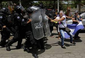 Policiais avançam contra mulheres manifestantes durante protesto de 23 de setembro de 2018 contra presidente Daniel Ortega na Nicarágua Foto: INTI OCON / AFP