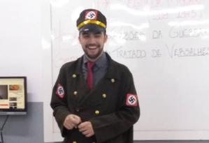 Professor Gabriel Tebaldi se vestiu de nazista para dar aula numa escola do Espírito Santo Foto: Twitter/Reprodução