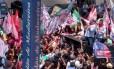 O candidato do PDT, Ciro Gomes, faz campanha no Calçadão de Madureira Foto: Custódio Coimbra / Agência O Globo