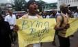 Manifestante liberiano cobra paradeiro de dinheiro que desapareceu de banco central na Libéria Foto: STRINGER / REUTERS