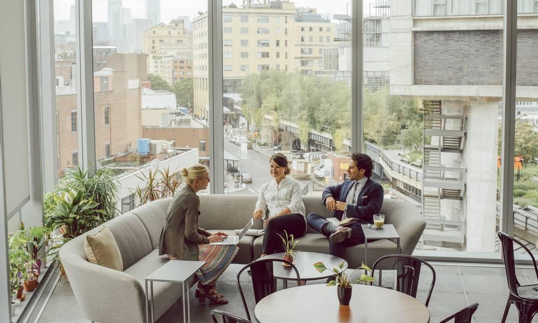 Um café na nova sede da Delos, empresa que criou um certificado de bem-estar. Cafeterias com orgânicos, ar filtrado três vezes e plantas são encontrados nos prédios que seguem a tendência de buscar o bem-estar no local de trabalho Foto: COLE WILSON / NYT