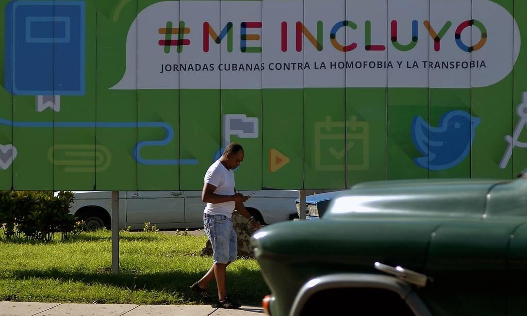 Cartaz contra a homofobia em Havana: Cuba discute casamento entre pessoas do mesmo sexo Foto: YAMIL LAGE / AFP