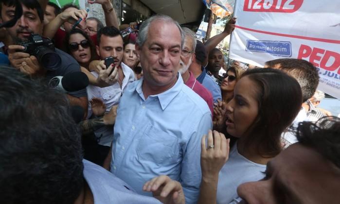 Candidato Ciro Gomes (PDT) visita Madureira Foto: Custódio Coimbra / Agência O Globo