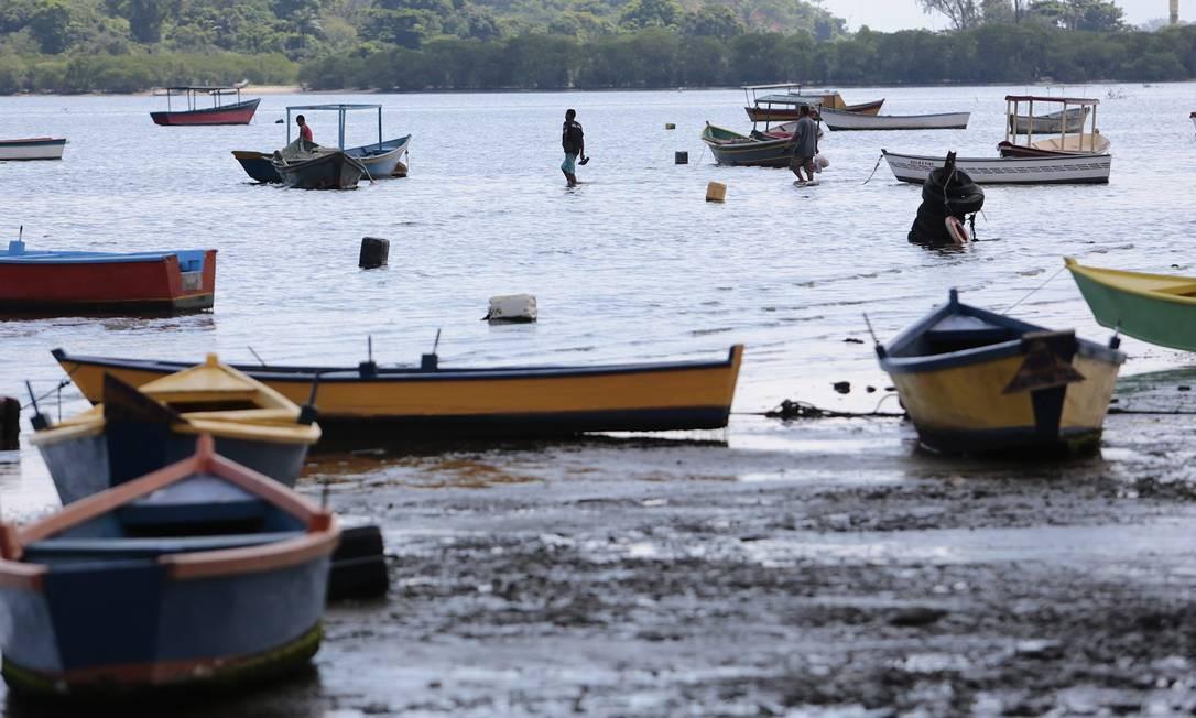 A Praia das Pedrinhas, na Baía de Guanabara, possui uma colônia de pescadores Foto: Thiago Freitas / 10-04-2017 / O Globo