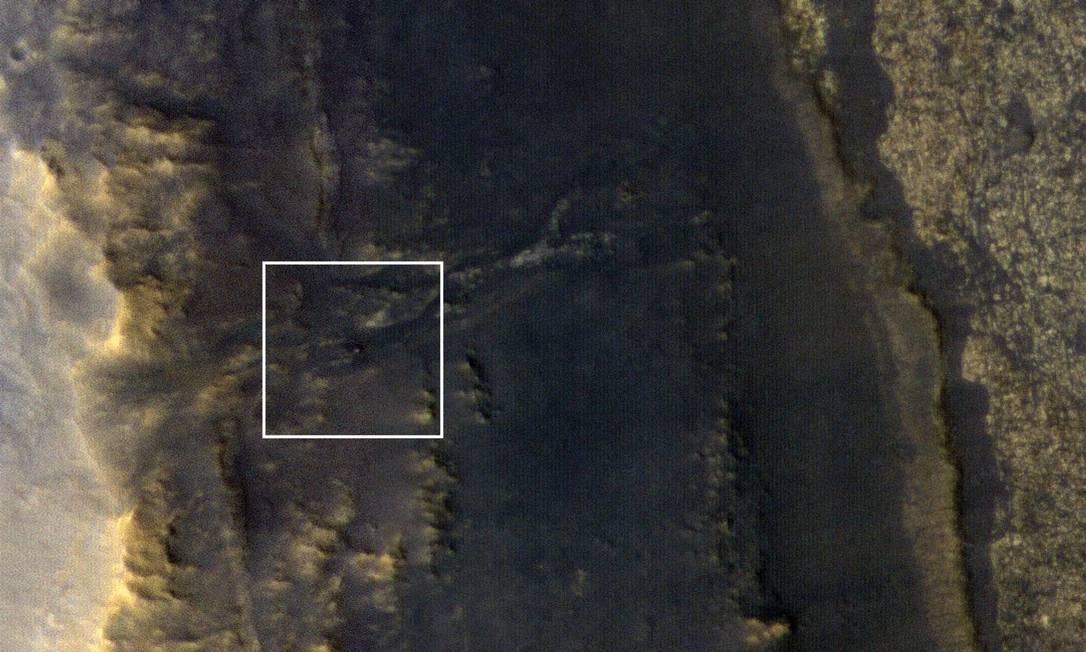 Imagem obtida pela câmera de alta resolução HiRise da sonda Mars Reconnaissance Orbiter mostra o Opportunity como um ponto brilhante (no centro do quadro em destaque) nas colinas do Vale da Perseverança, na superíficie do planeta Foto: / NASA/JPL-Caltech/Univiversidade do Arizona