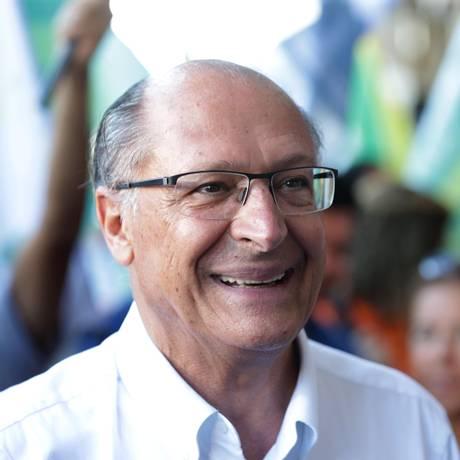 Geraldo Alckmin, candidato à presidência pelo PSDB, cumprimenta eleitores durante caminhada no entorno da Praça Saens Peña, na Tijuca 24/09/2018 Foto: Marcio Alves / Agência O Globo