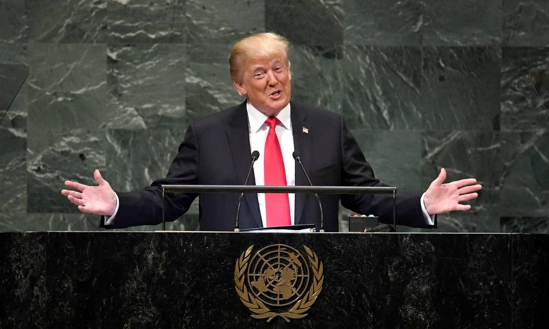 """Quando finalmente chegou, Donald Trump teve um dos momentos mais curiosos da Assembleia Geral. Logo no início do discurso disse: """"Nosso governo fez nos últimos dois anos mais do que qualquer outro na História do nosso país."""" A declaração foi recebida com gargalhadas pelo público — formado por diplomatas de todo o mundo. Os risos surpreenderam o americano que contemporizou com um sorriso amarelo: """"Não esperava essa reação, mas tudo bem"""" Foto: TIMOTHY A. CLARY / AFP"""