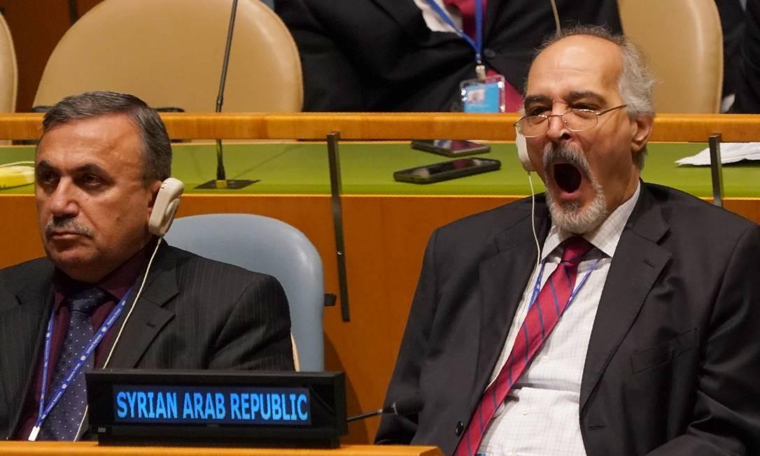 Bashar Jaafari é o atual embaixador da Síria nas Nações Unidas e deve estar acostumado com as longas Assembleias Gerais, mas não conseguiu esconder um momento de tédio e cansaço. Quem será que discursava para gerar tanto desinteresse do representante do ditador Bashar al-Assad? Foto: DON EMMERT / AFP