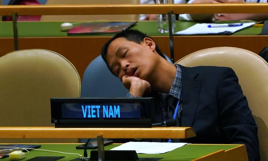 Um membro da delegação do Vietnã não parecia estar muito interessado nos discursos e tirou um cochilo. Enquanto isso, a política nacional do país anda agitada. Na última sexta-feira o presidente Tran Drai Quang faleceu e ontem a vice-presidente Danh Thi Ngoc Thinh tomou posse de forma interina. É a primeira mulher da História do país a ocupar o cargo Foto: DON EMMERT / AFP