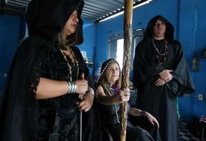 Alana Morgana (centro) comanda uma escola de magia em São João de Meriti há 34 anos Foto: Pedro Teixeira / Agência O Globo