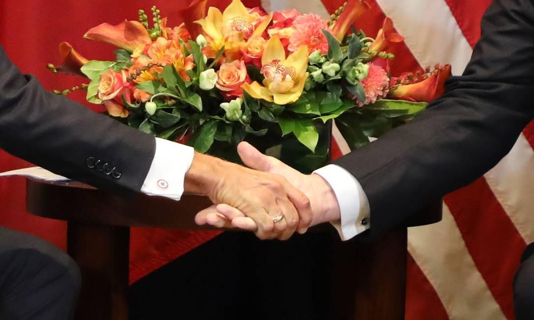 """... e, no cumprimento, Trump sequer fechou a mão. Para o jornal """"Indenpendent"""", o """"bromance"""" esfriou Foto: LUDOVIC MARIN / AFP"""
