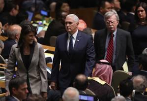 A embaixadora dos EUA na ONU, Nikky Haley (E), o vice-presidente, Mike Pence, e o conselheiro de Segurança Nacional, John Bolton, chegam à Assembleia Geral da ONU para assistir ao discurso de Trump Foto: JOHN MOORE / AFP