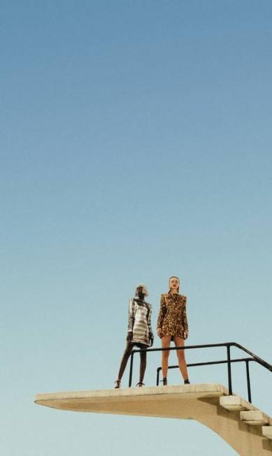Ambas usam vestidos Balmain na NK Store, sandálias (R$ 1.590 cada) Alexandre Birman e meias (R$ 330 cada) Fendi. Maria Oliveira usa peruca (preço sob consulta) Valério Araújo Foto: Guilherme Nahban