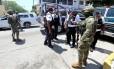 Militares da Marinha mexicana escoltam policiais municipais que foram desarmados e detidos em Acapulco Foto: STRINGER / REUTERS