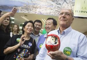 Geraldo Alckmin faz campanha na Liberdade, em São Paulo Foto: Edilson Dantas / Agência O Globo
