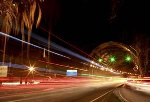 Violência ronda o Túnel Rebouças, que liga a Zona Norte à Sul, aumentando a tensão de motoristas, que são obrigados a atravessar suas galerias: muitos têm optado por cmainhos alternativos, às vezes, mais longos Foto: Macelo Theobald / Agência O Globo