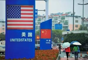 Cortes devem reduzir os custos para consumidores e empresas em cerca de 60 bilhões de iuanes este ano Foto: AFP
