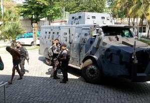 Um dos presos na Vila Aliança chega na Cidade da Polícia Foto: Diego Amorim