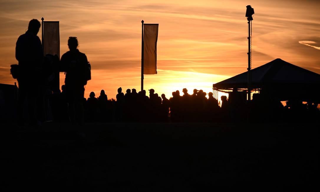 Espectadores observam o nascer do sol em Saint-Quentin-en-Yvelines, sudoeste de Paris. Foto: FRANCK FIFE / AFP