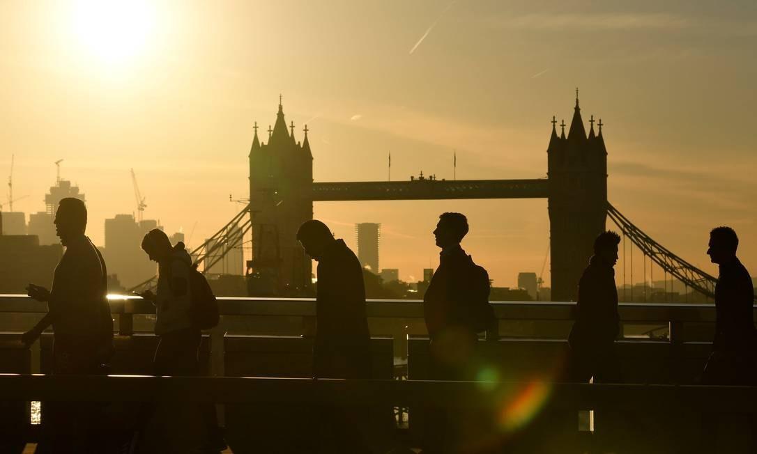 Trabalhadores cruzam a ponte de Londres na Grã Bretanha. Foto: TOBY MELVILLE / REUTERS