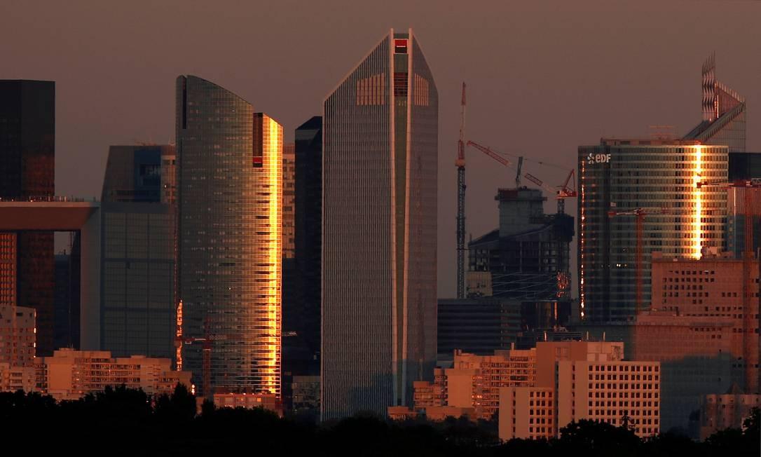 Pôr do sol no centro financeiro de La Defense em Paris, França. Foto: CHRISTIAN HARTMANN / REUTERS