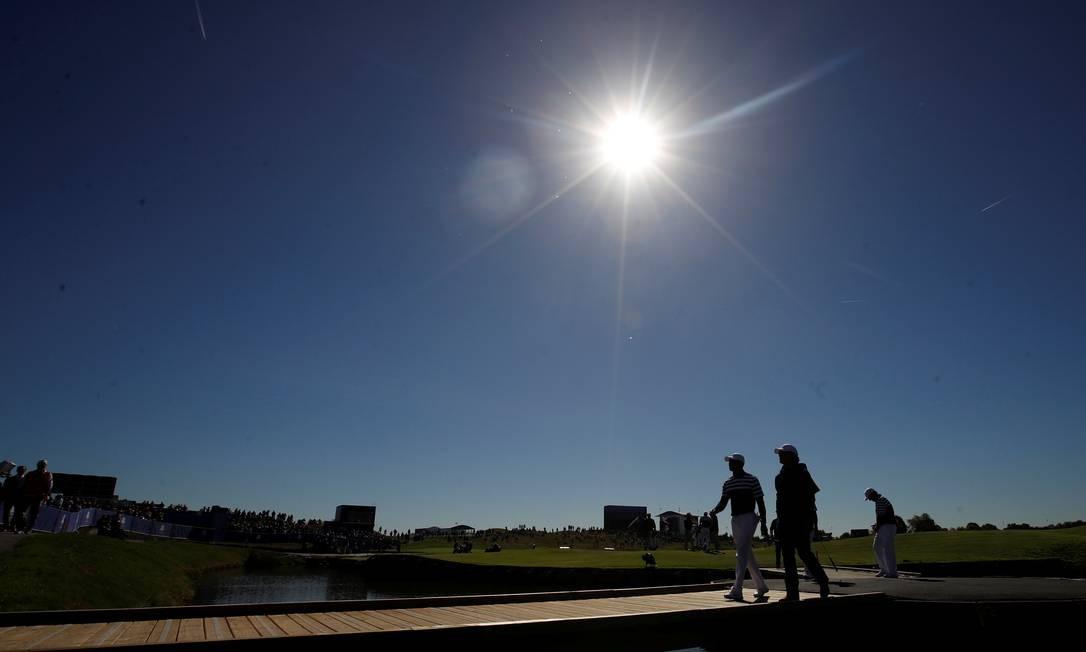Jogadores de golfe treinam durante o fim de tarde em Guyancourt, França. Foto: CARL RECINE / REUTERS