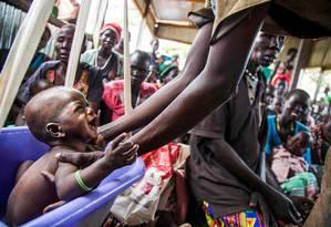 Mulheres e crianças realizam exames básicos em posto do Comitê Internacional de Resgate, no Sudão do Sul Foto: ALBERT GONZALEZ FARRAN / AFP