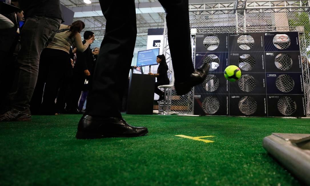 Ou em testes de pontaria no futebol. As atividades geralmente eram competições, com prêmios para os melhores, como manda a regra do mundo da meritocracia Foto: Marcelo Chello / Agência O Globo
