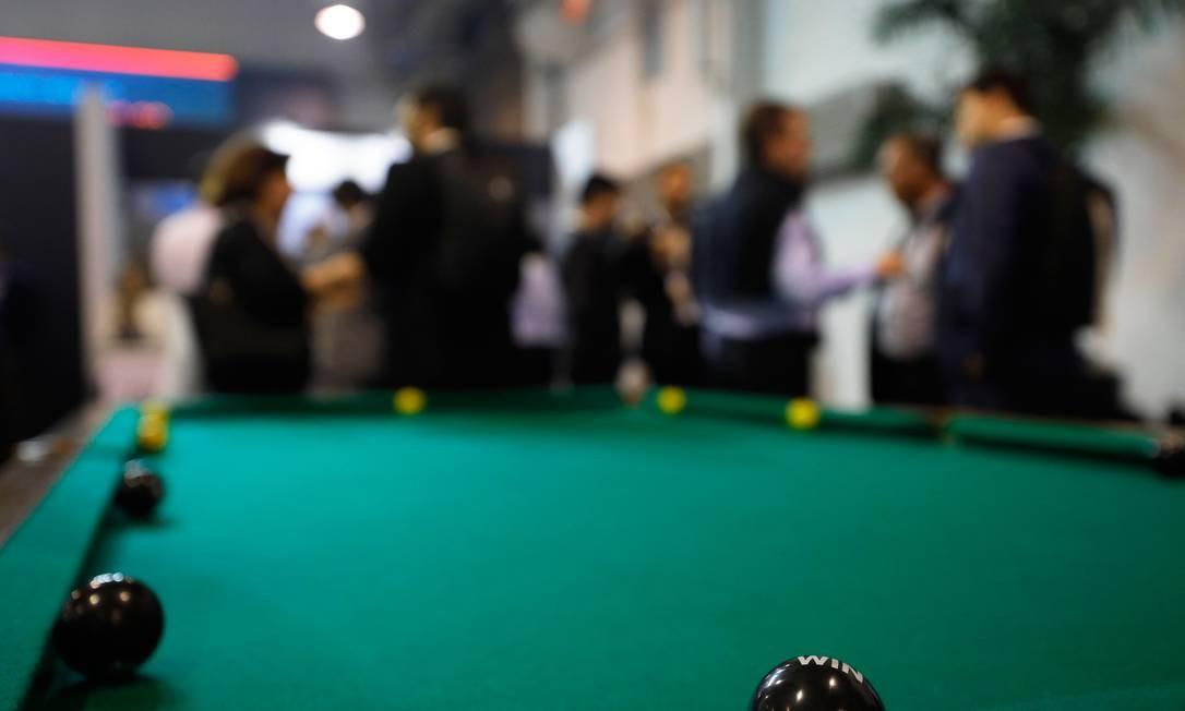 Os papos sobre economia e política se davam em espaços descontraídos como ao redor de uma mesa de sinuca Foto: Marcelo Chello / Agência O Globo