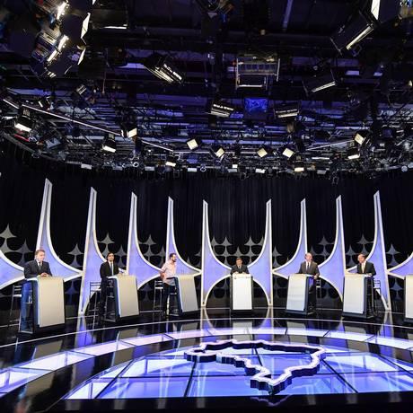 Oito candidatos participam do evento organizado pelo SBT, pelo jornal