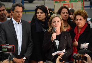 A presidente do PT, senadora Gleisi Hoffmann, discursa na Superintendência da Polícia Federal em Curitiba Foto: Nelson Almeida/AFP/11-09-2018