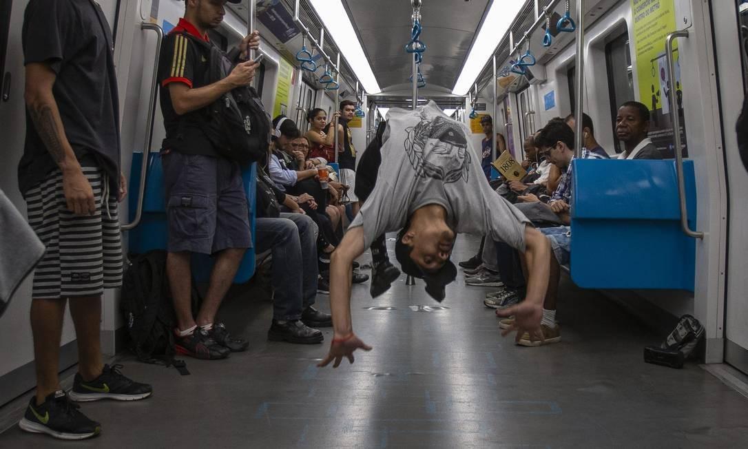 Lei estadual que autoriza artistas a se apresentarem dentro do metrô. Grupo de dança se apresenta na Linha 4 Foto: Alexandre Cassiano / Agência O Globo