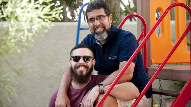 Mauro Maia com seu filho, Lucas, que ganhou um plano de Previdência ao nascer Foto: