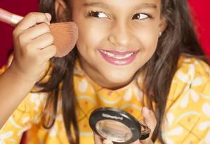 Menina usa maquiagem: é preciso ter cuidado com alergias Foto: Vinicius Mochizuki / Agência O Globo