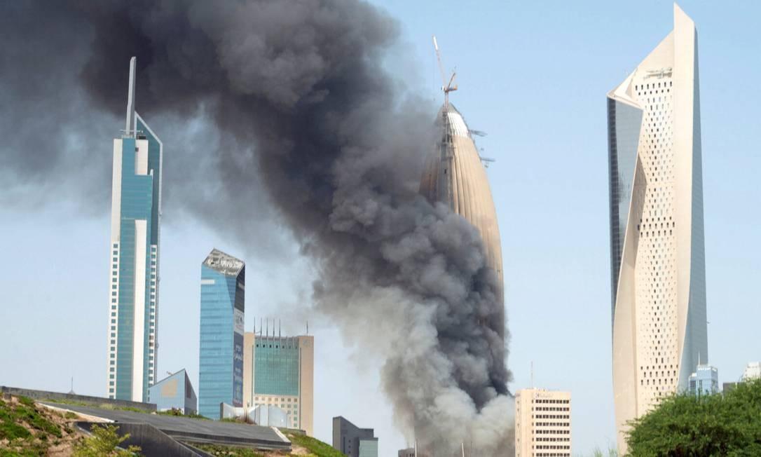 Fumaça sobe do canteiro de obras da sede do Banco Nacional do Kuwait. Foto: STEPHANIE MCGEHEE / REUTERS