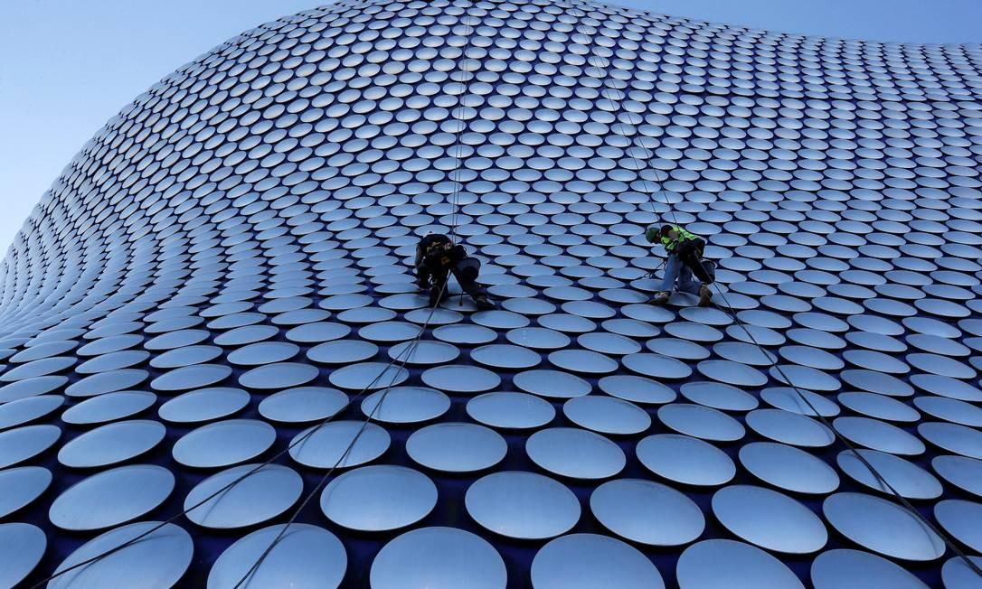 Trabalhadores limpam o prédio da Selfridges em Birmingham, na Grã-Bretanha. Foto: DARREN STAPLES / REUTERS