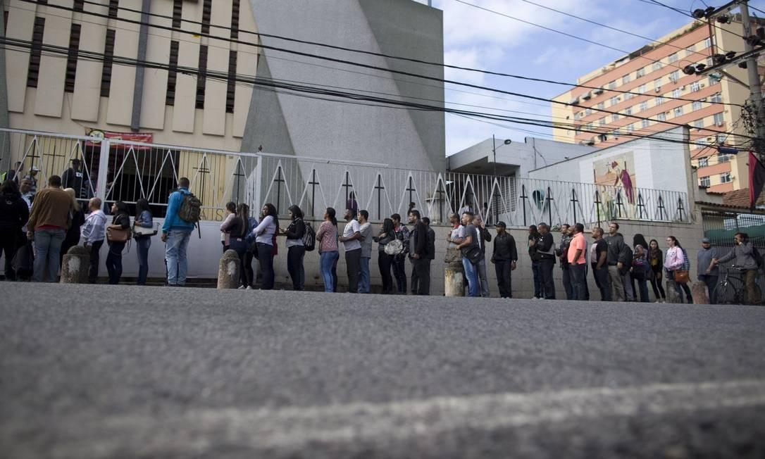Fila de emprego em Madureira, zona Norte do Rio Foto: Márcia Foletto / Agência O Globo