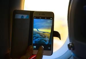 Celular em avião: Latam e Air France oferecem novos serviços de wi-fi Foto: Creative Commons / Reprodução