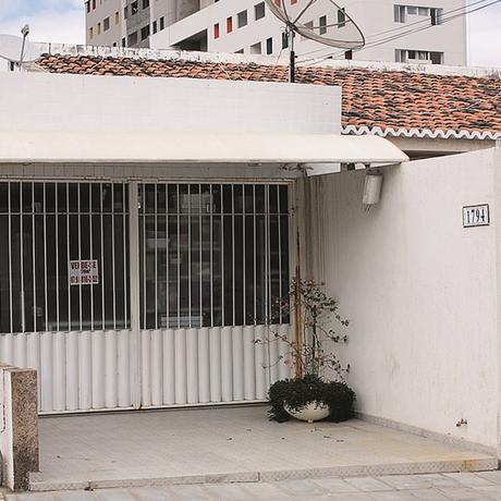 Fachada da casa que consta como endereço da produtora em Petrolina. Ela está vazia há dois anos Foto: Natália Portinari / Agência O Globo
